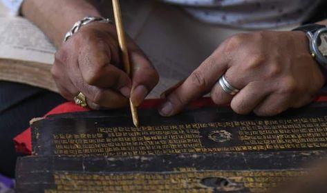 स्वर्णलिखित पुस्तक प्रज्ञा पारमिताको जीर्णोद्धार चल्दै